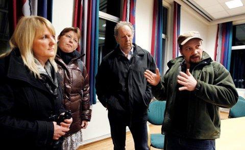 KLAR TALE: Hans Erik Navestad (til høyre) benyttet prisutdelingen til å si noen Pauli ord til politikerne i Ski.