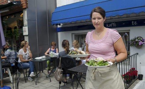 Sommer-sjarm: Ingunn Ellingsen er kaféeier for første dag, og det er nok å henge fingrene i. Alle foto: Kari Kløvstad