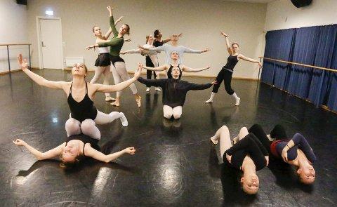 FORBEREDER SEG: Tredjeklassingene i sving med forberedelsene til årets forestilling for 1., 2. og 3. trinn i Kolben 3. og 4. mai. Det er også en markering av 15-årsjubileet for danselinja.