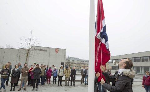 Flaggheising: Nicholas Wilkinson (SV) var dagens hovedtaler i Ås, og synes det var ekstra stas å få heise flagget i Borggården. – Høyre har aldri styrt Norge åtte år i strekk. I september skal vi gi Norge en ny regjering, lovet han i sin tale.  FOTO: Bjørn V. Sandness
