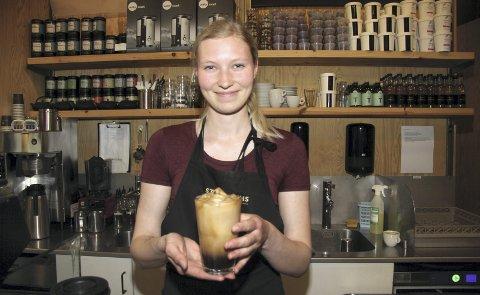 Det er servert: - Islatte er enkel å lage, men man må ha en ordentlig espressomaskin, sier Andrea Caroline Holst Strømnes hos Stockfleths i Ski.