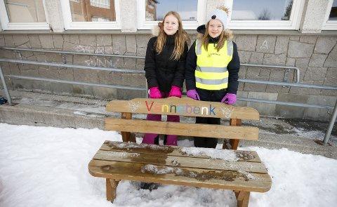 TRIVES: Angelica Mathea Ulsten (til venstre) og Julie Bøen Ekstrøm synes miljøet på skolen er blitt bedre, og det er sjelden det sitter noen på vennebenken som trenger noen å leke med. ALLE FOTO: STIG PERSSON