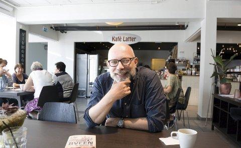 Kaféintervju: Samtalen med krimforfatter Gard Sveen fant sted på Kafé Latter i Ytre  Enebakk. Men det ikke mye å le av  i den nye krimromanen hans som har hentet handlingen fra den kalde krigen på 1980-tallet. foto: ole kjeldsberg endresen