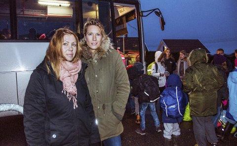 Bekymret: Camilla Lie (t.v.) og Monika Wülfken Wild reagerer på at barna deres må stå tett i tett på bussen, uten mulighet til å spenne seg fast.Foto: Lasse Nordheim