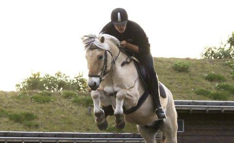 Hesteinteressert: Lars Mangelrød har vært interessert i hest siden han var 11 år. Etter to år som praktikant i hestefag på Langedrag Naturpark, ønsker han å ta med seg erfaringen hjem til Kvelde og arrangere aktiviteter med hest på gården og i nærmiljøet.foto: kristina tovsrud brenno