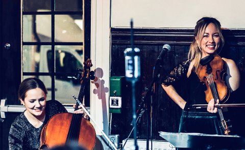 Celisten Frida Fredrikke Waaler Wærvågen og fiolinisten Sara Rose Øvinge holder konsert i Berg arbeidskirke neste torsdag. .