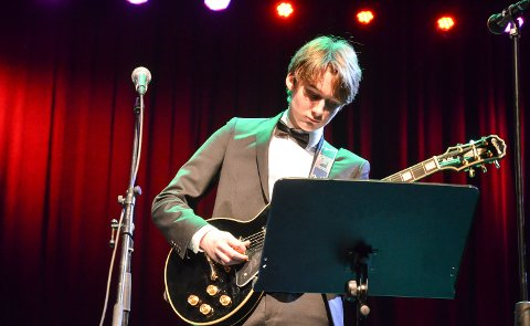 GITARIST: Lasse Sætre (15) dro til med blues på romjulskonserten.