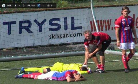 FYSIO: Petter Belsvik måtte se at to av sine spillere ble liggende nede etter at de skallet under en corner. (Foto: Skjermdump)