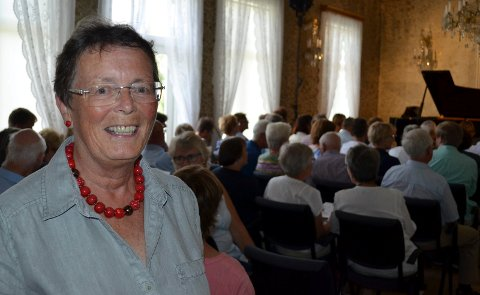 STOR STAS:  Anne-Birthe Aakrann Eek synes det er stor stas med festspillkonsertene på Gaarder gård i Elverum. Det er 25 år siden ideen ble unnfanget. (Foto: Bjørn-Frode Løvlund)