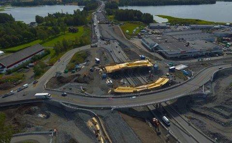 STØPER BRU: Denne uken skal Hæhre støpe ny østgående bru på riksveg 25. Det betyr at E6-trafikken må legges oppom riksveg 25.