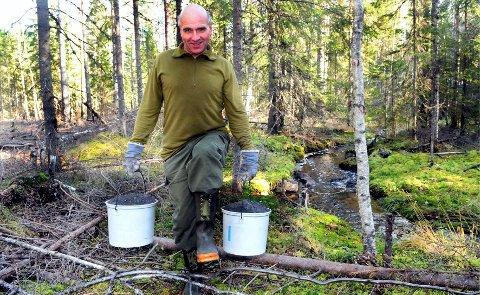 TONNEVIS FOR HÅND: Lie har båret ut tonnevis med kalk i plastbøtter. I 2011 bar han ut 62,5 tonn på denne måten.