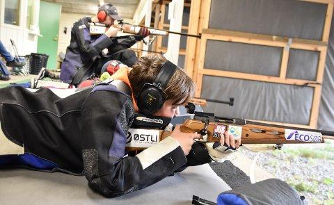 TRENER: Christian Bråten Triggs (13) skyter i rekruttklassen for Løiten skytterlag.