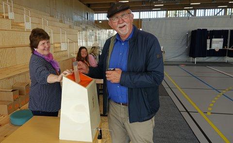 ALLE FORNØYDE: Arne Thobru avgir sin stemme med et smil. Og Janne Osrønningen og Eva Øiseth Wenstad tok i mot, også med et smil.