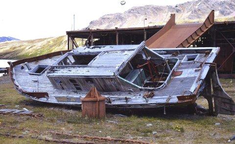 Et av bildene i kalenderen: På femtitallet fikk man i Grytviken en transportbåt som ble kalt Pesca. Den ble brukt til transport, jakt og turer. Nå ligger også den på land som et minne om det yrende liv som en gang var her. Foto: Fra kalenderen