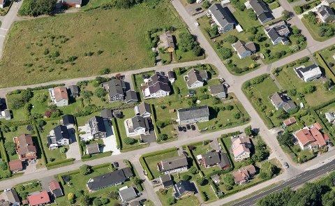 Nye veiløsninger vil føre til at noen hus må bort. Nå har et par av dem som bor i det store, gule huset med adresse Smidsrødveien 34 , nederst til høyre i bildet, spurt kommunen om tidlig innløsning.