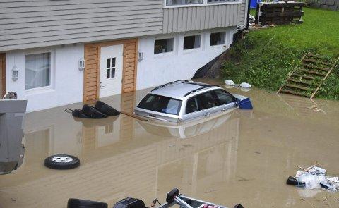 Stig-Magne Larsen fikk gårdsrommet, bilen og kjelleren fylt med vann i oktober, og samtidig fylte et gårdsrom, en garasje og kjelleren i et hus i Knipa seg med vann.