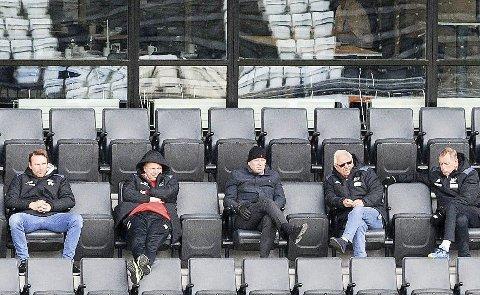 Slitsomt: Det kan være slitsomt å vente på at gulrøtter og poteter kan høstes på Skagerak Arena, men denne gjengen holder humøret oppe på imponerende vis.                                     Foto: Landbruksdepartementet