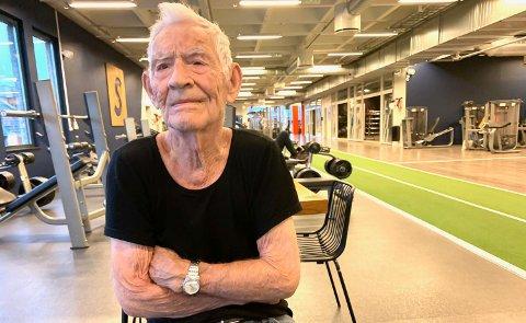 TRENING ER VIKTIG: Hans Høimyr kan endelig trene på Sats i Jernbanegata igjen. 91-åringen bruker trening som botemiddel mot ensomhet og som en måte å håndtere savnet etter kona på. Og i tillegg opprettholder han styrke og kondisjon også.