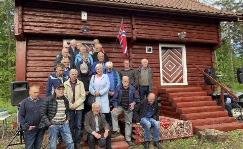 STABBUR: Bamble historielag har restaurert det gamle stabburet på Eik. Bildet er fra åpningen. Foto: Bamble kommune