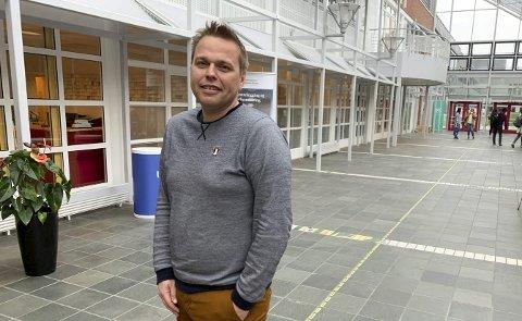 FØRSTEAMANUENSIS: Thomas Øyvang (39) fra Flåttenlia har gått veien fra yrkesskolen til doktorgrad. Han er nå førsteamanuensis ved USN, og fredag markeres det for første gang at det deles ut diplomer av denne karakter ved universitetet her.