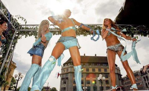 PARTY: Vestsida-fruene inviterer denne helga til tidenes reunion-party i den blå bydelen. De immune, middelaldrende damene frykter overtenning etter tre uker uten festing.   Foto: Virus Johnsson