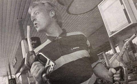 25 år: Lokal priskrig om dyre dråper. Øygarden Bilservice på Skjelsvik garanterer billigst bensin mellom Breviksbrua og Porsgrunnsbrua. Ledelsen i Jet, som før har latt prisene rase helt ned til tre kroner literen, lover å følge opp. Det samme gjør Norske Shell. Statoils prisgaranti for billigst bensin i nærområdet er blitt omtalt som en kampanje med «mye skrik og lite ull». Konkurrentene mener det er vanskelig å tolke garantien. Daglig leder Pål Øygarden sjekket i dag tidlig prisene ved konkurrerende stasjoner og satt sin egen pris til 7,52 kroner. Veiledende pris fra selskapet er 8,57 kroner. Bildetekst: BILLIGST: Pål Øygarden ved Statoil-stasjonen på Skjelsvik garanterer billigst bensin mellom Breviksbrua og Porsgrunnsbrua. Konkurrentene vil følge opp, men ingen venter likevel en langvarig lokal priskrig.