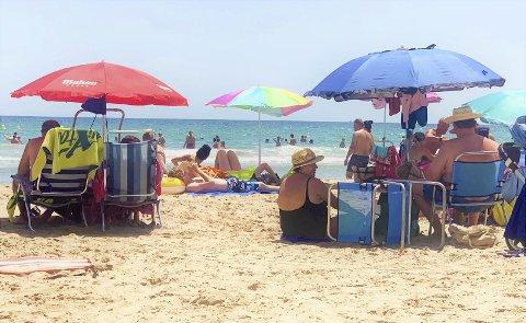 Strandkos: Den eldre og fullvaksinerte garde koser seg på stranda i Spania i sommer mens ungdommen jobber dugnad hjemme i Norge og venter på vaksinen.                          Foto: Aztra Pfizer Johnson
