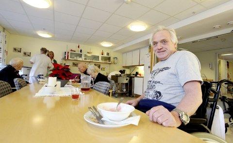 Nye middagstider: Alf Inge Hatlem er godt fornøyd med både måltidet og middagstidene på Skautun sykehjem. Foto: Marita Lundsrud Berg