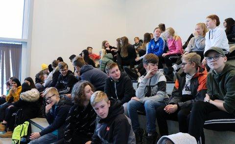 LYDHØRE: Elevene lyttet først og diskuterte etterpå. Det var ingen tvil om at foredraget satte igang noen tankeprosesser.