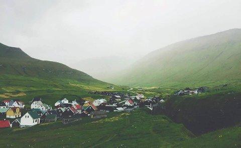 SMÅ bygder: Det er lett å se likhetene mellom Nord-Norge og Færøyene når man drar rundt mellom bitte små bygder, vandrer opp på fjelltopper med sauer som selskap, og drar med båt ut til øyer for å se på lundefugler og steinalderfunn, skriver Moa Björnson.