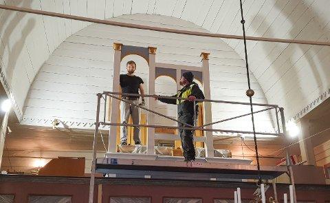 Etter en ni år lang prosess ble orgelbygger Nils G. Torkildsen fra Br. Torkildsen Orgelbyggeri leid inn til å gi orgelet i Lurøy kirke en skikkelig fasade. Her sammen med kirketjener Dagfinn Johansen.
