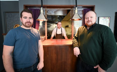 Vegar Bergli og Robin Myren håper på en mer normal hverdag etter disse to ukene. De har permittert flere ansatte i restauranten.