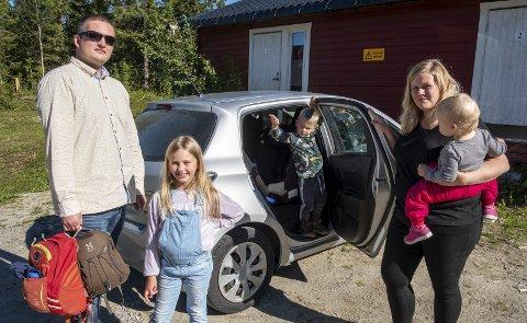 Barnehagetrøbbel:  Bjørn og Ragna Engebakken sammen med eldste datter Emilie (f.v), og Johan og Tora Elea utenfor Frikult barnehagen på Båsmo.Foto: Øyvind Bratt