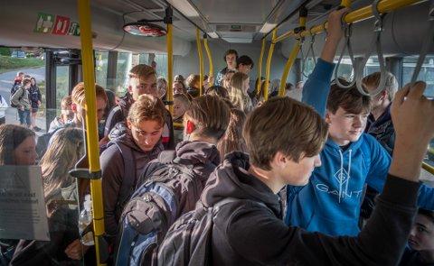 Elevene møter fulle busser og ståplasser om morgenen.