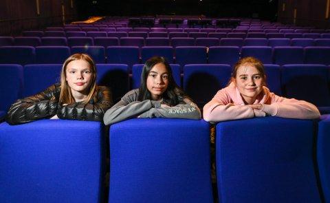 Sjetteklassingene Tora Johansen, Jillian Pettersen og Sofia Søfting er alle med på produksjonen av Flere farger. – Det er litt skummelt å skulle stå foran så mange folk, men samtidig er det veldig artig å gjøre noe annet enn bare matte og norsk, sier de.