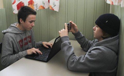 Robin Glorud (til venstre) og Oliver Høitomt lager testfilm om en som spiller på dataen og blir hacket.  Høitomt har tenkt til å melde seg på filmkonkurransen, og er interessert i film. Han liker å redigere filmer og leke seg med materialet i etterarbeidet.