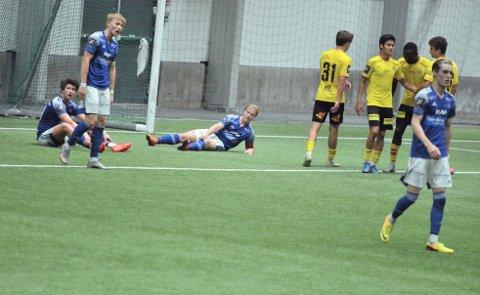 STARTET ELENDIG: Det så lange fryktelig mørkt ut for Brumunddal i seriepremieren. Her kan Dala-spillerne Fredrik Liberg Berg, Anders Ludvigsen og Jonas Jensbak Nysæter konstatere at hjemmelaget akkurat har gått opp til 4–0.