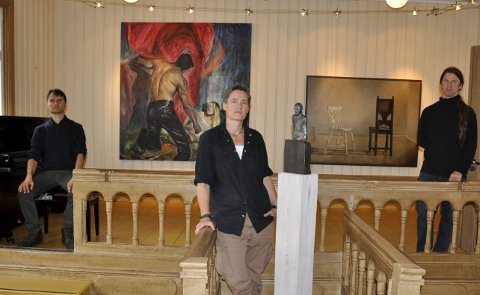 Sigmund da Silva Lien tolker overgrep, Tove Hirth stiller med stilistiske bronsefigurer, Morten Strømsodd med talende stilleben i Kunst Rett Vest -utstilling på Fengselet.