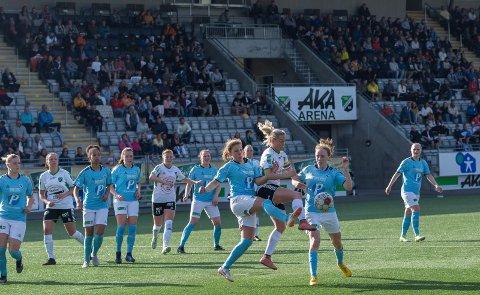 OVER 500 PÅ TRIBUNEN: Silje Nyhagen og HBK-jentene spilte for mer enn 500 tilskuere i årets første hjemmekamp i serien.