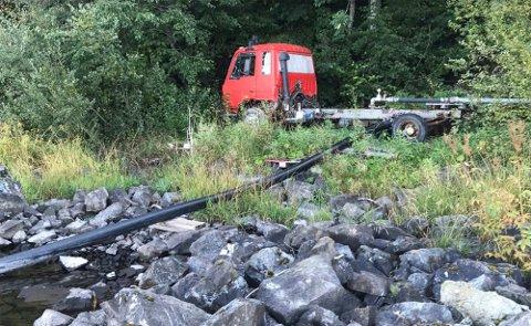 OVERSIKT: Oversiktsbilde av lastebil og pumpesystem i strandsonen.