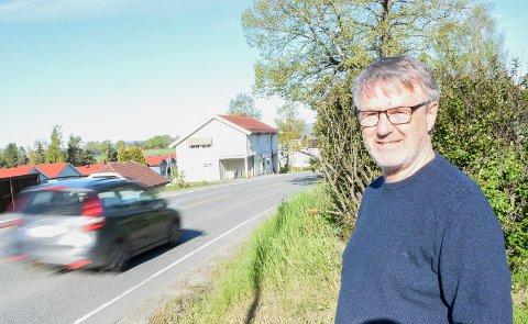 BEKYMRET: Trygve Jacobsen er forferdet over hvor høy fart det holdes i Klekkenveien. Bilen på bildet så for ordens skyld ut til å kjøre i lovlig hastighet.