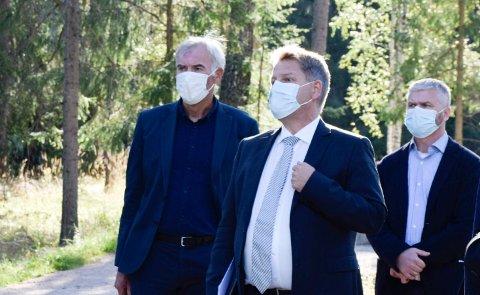 FORKLARTE SEG: Tidligere Kistefos-direktør Egil Eide (til venstre) forklarte seg om prosessen rundt toalettanlegget i The Twist. Her er han sammen med advokat Ronny Lund og prosjektleder Pål Vamnes.
