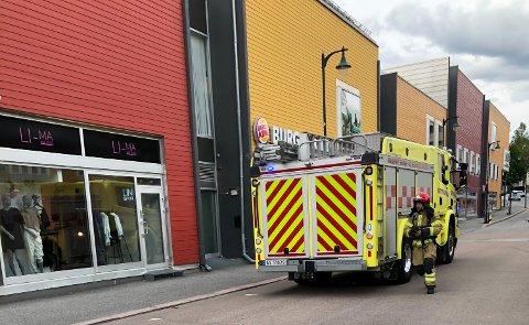Sør-Øst 110 melder at en automatisk brannalarm gikk av i Kong Rings gate i Hønefoss. Brannbilen stoppet foran Kuben kjøpesenter.
