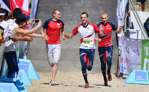 De norske O-løperne Eskil Kinneberg (t.v.), Magne Dæhli og Olav Lundanes sikret VM-gull i stafett. (Foto: Rolf Gemperle / NTB scanpix)