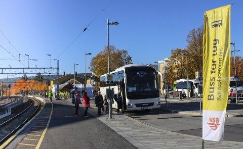 MYE BUSS: Allerede nå er det mye buss for tog langs Kongsvingerbanen. Slik blir det i tre år framover.