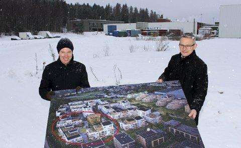 NY BYDEL: Administrerende direktør Olav H. Selvaag (t.v.) og konserndirektør for Stor-Oslo i Selvaag Bolig, Øystein Klungland, med tegningene av boligprosjektet Skårerbyen i Lørenskog. Først ut er nabolaget Løkkatunet (rød ring), der salget allerede er i gang og byggestart skjer i løpet av året.
