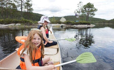 Med en bred og stabil kano kan både barn og voksne føle seg trygge på rolige vann. Men glem aldri redningsvesten. Foto: Gorm Kallestad / NTB scanpix