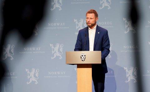 Helse- og omsorgsminister Bent Høie (H) reagerer på at flere ansatte i helsemyndighetene har opplevd trusler.