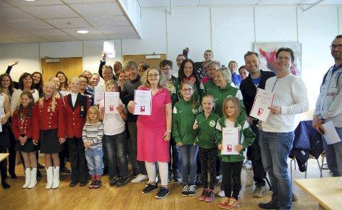 Fikk gaver: Mange barn og unge fikk gaver av Røyken Kraft. Foto: Røyken Kraft
