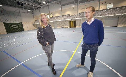 FORNØYDE: Rita Vang Thomsen og Steinar Østlie Andreassen i Hurum Eiendomsselskap er fornøyde med at flerbrukshallen er ferdig. Nå ser de frem til offisiell åpning i oktober.